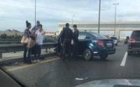 Aeroport yolunda dəmir arakəsmələrə çırpılan maşın aşdı – Video