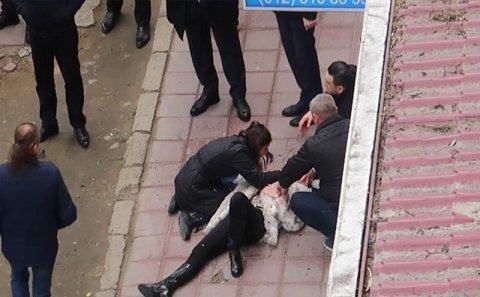 Nizami Bəhmənovun oğlununun arvadını bıçaqlanması ilə bağlı görüntülər (VİDEO)