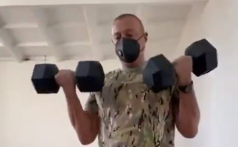 Prezident şəxsi heyət qarşısında idman etdi - Video